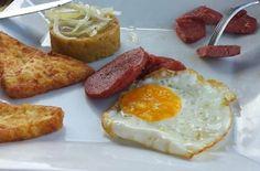 queso blanco frito, huevo frito, salami frito y mángú encebollado