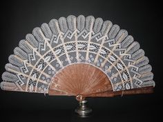 abanico de bolillos Antique Fans, Vintage Fans, Estilo Folk, Hand Held Fan, Hand Fans, Fan Decoration, I Cool, Cool Stuff, The Time Machine