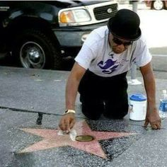 Tito Jackson cleaning his brother Michael Jackson's star (very touching.)