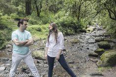 Retrato de los novios en el río que cruza el parque nacional.