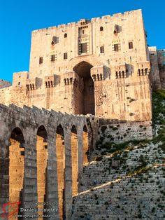One of the most incredible fortifications in Syria, and the whole of the Middle East, is the magnificent Aleppo Citadel (قلعة حلب). Ancient Greek Architecture, Chinese Architecture, Islamic Architecture, Syria Country, Syria Before And After, Aleppo City, Palmyra Syria, Syria Flag, Naher Osten