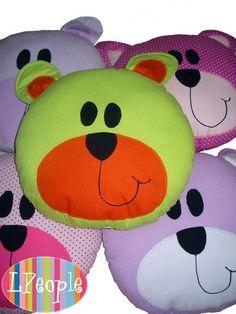 Lindas almofadas de ursinho, enfeitam e são anti-alérgicas - Almofada em tecido - Medidas 30cm x 30cm x 10 cm - Enchimento anti alérgico - Cores:Pink,lilás,amarelo,verde e azul (informar a cor no pedido) - Temos os modelos sapo,cachorro,porco e vaca, veja no álbum almofadas - Fazemos sob en...