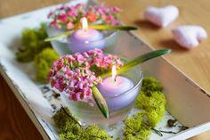 K vytvoření svícnů vám bude stačit hezká skleněná miska, plovoucí svíčka a nějaké drobnokvěté rostliny, například hyacint. Při aranžování květin vás povede fantazie i suroviny, s kterými pracujete.