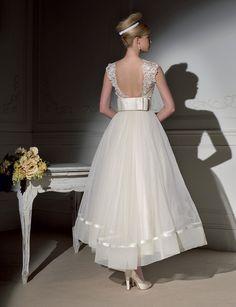 Short wedding dress Novia D'Art 2011 Bridal Collection Wedding Robe, Tea Length Wedding Dress, Wedding Attire, Wedding Gowns, Wedding Blog, Bow Wedding, Wedding Ideas, Garden Wedding, Destination Wedding
