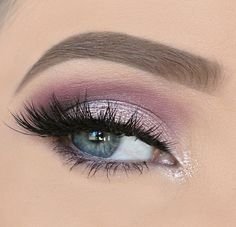 Light purple eye shadow hair and makeup maquiagem perfeita, maquiagem festa Silver Eyeshadow Looks, Silver Eye Makeup, Purple Eye Makeup, Eyeshadow For Brown Eyes, Eye Makeup Art, Purple Eyeshadow, Smokey Eye Makeup, Makeup For Brown Eyes, Eyeshadow Makeup