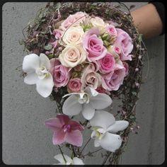 draape-rosa-hvitt-roser-orkideer-ceropegia-1