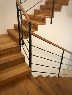 Trim # metal railing black The Effective Pictures We Offer You About attic Stairs A quality picture can tell you many things. You can find the most beautiful picture Pallet Stairs, Metal Stairs, Metal Railings, Staircase Railings, Painted Stairs, Interior Staircase, Modern Staircase, Stairs Architecture, Garde Corps Design