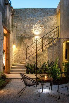Imagem 2 de 35 da galeria de Reforma Casa Colonial na Rua 64 / Nauzet Rodríguez. Patio Interior, Interior And Exterior, Exterior Stairs, Room Interior, Interior Modern, Modern Exterior, Colonial Exterior, Stone Exterior, Bungalow Exterior