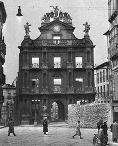 Fachada del Ayuntamiento. Pamplona, Big Ben, Nostalgia, Louvre, Black And White, Travel, World, Civil Wars, Town Hall