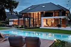 Modern droomhuis   Studio Marco van Veldhuizen   The Art of Living (NL) Modern Villa Design, Luxury Homes Dream Houses, Pool Houses, Garden Pool, Home Fashion, Future House, Bungalow, Beautiful Homes, Facade