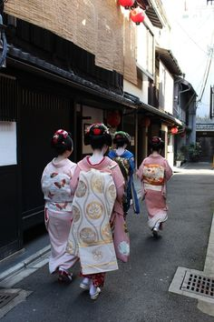 Kotohajime 2014: Maiko Kanoemi (Kanoya),Maiko Tomitae (Tomikiku),Maiko Tomitsuyu (Tomikiku) and Maiko Kanohiro (Kanoya) (SOURCE)