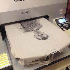 ..foto's digitaal geprint op kleding terwijl je wacht. Ook mooi op opaal kleurig shirt! #biokatoen #sinterklaas
