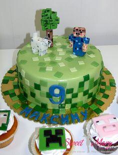 """Модный торт для геймеров! Торт выполнен в стиле популярной игры """"Майнкрафт"""". В дополнение к торту на заказ изготовлены капкейки с символикой Minecraft.  http://sweetmary.ru/cakes-order/detskie/1233-084d-tort-maynkraft.html"""