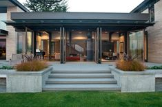 Architecture Minimalist Exterior Of The Washington Park Hilltop Residence With Concrete Terrace And Wide Pergola Near Grass Yard Remarkable Contemporary Home Design Using Modern Lighting Installation Exterior Design, Interior And Exterior, Haus Am See, Contemporary Patio, Washington Park, Modern House Design, Modern Houses, Architecture Design, Chinese Architecture