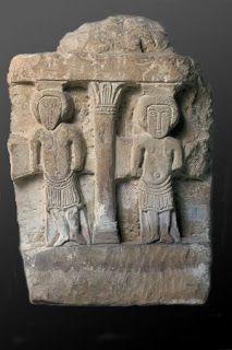 Arte merovingio. Hipogeo de las Dunas.También se representa en éste una escena identificada con la iconografía del buen y el mal ladrón, y que posiblemente se traten de dos santos.