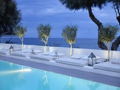 Bellonias Villas is one of the sleekest accommodation options on the Santorini island. Nestled on the black sand beach of Kamari, the 4 star hotel boasts inspiring sea and mountain views, a glamorous outdoor pool, as well as top-notch wellness facilities.