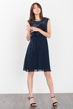 Esprit / Chiffon jurk met fluweelachtig lijfje Boutique Esprit, Dresses For Work, Black, Fashion, Dress Work, Dress Black, Boutique Online Shopping, Fashion Ideas, Gowns