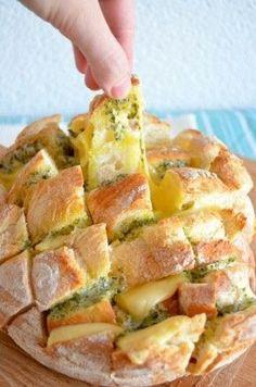 Doe wat kaas en kruidenboter tussen breekbrood en zet het dan in de oven!