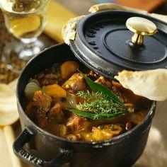 Découvrez la recette Boeuf bourguignon au vin blanc sur cuisineactuelle.fr.                                                                                                                                                                                 Plus Aga Recipes, Bourguignon Recipe, Recipe For 2, Food Wishes, Alcohol Recipes, Food 52, Slow Cooker Recipes, Curry, Easy Meals