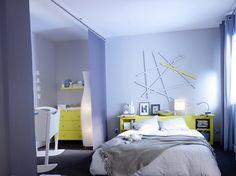 Des panneaux japonais dans une chambre