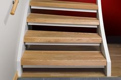Renoveringstrappsteg ek i öppen trappa