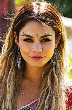 Beauty look da Festival - Strass bindi stile indiano come Vanessa Hudgens - Alexandra Kozlowski - Boho Hippie, Hippie Style, Hippie Make Up, Looks Hippie, Estilo Hippie, Boho Style, Hippie Jewelry, Festival Looks, Festival Make Up