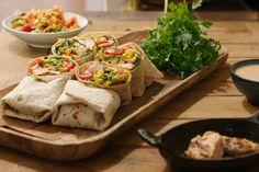 Dit is lekker comfort food uit het vuistje: een burrito gevuld met gemarineerde kip en een frisse Mexicaanse salade.