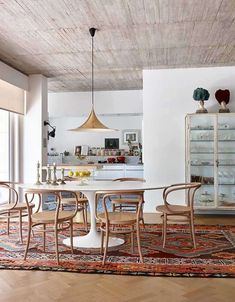 Salle à manger – Thonet chairs, Saarinen table, and brass Gubi Semi pendant light in the dining r… Saarinen Tisch, Mesa Saarinen, Saarinen Table, Dining Room Design, Dining Room Chairs, Dining Rooms, Dining Area, Large Round Dining Table, Oak Chairs