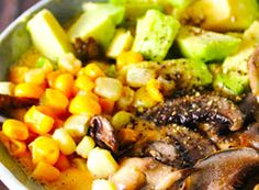 Un onctueux mélange, original et aux saveurs subtiles, voici une des façons les plus faciles et agréables de rester bien au chaud au cours de la saison froide: un réchauffant bol de soupe bien crue mais pas du tout froide. En jouant avec les légumes plus denses et les épices plus réchauffantes, vous obtiendrez toutes sortes de concoctions qui vous réchaufferont jusqu'à la moelle. Oui, il est possible de manger cru sans grelotter tout l'hiver, et ce potage en est une preuve des plus…