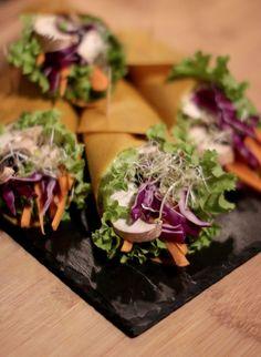 Wraps arc-en-ciel & sauce cacahuète (cru, vegan & sans gluten) Raw Food Recipes, Veggie Recipes, Diet Recipes, Healthy Recipes, Vegan Vegetarian, Vegetarian Recipes, Plat Vegan, Tacos And Burritos, Gluten Free Cooking