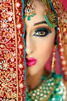 Beautiful Indian Bridal Makeup ideas for your Indian Wedding. All that color is beautiful! Indian Bridal Makeup, Asian Bridal, Bridal Beauty, Beautiful Indian Brides, Beautiful Bride, Braut Make-up, Exotic Beauties, Indian Wedding Photography, Bridal Looks