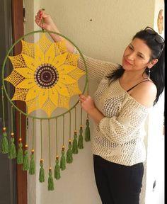 Crochet Wall Art, Crochet Wall Hangings, Crochet Home, Crochet Crafts, Crochet Dreamcatcher Pattern, Crochet Mandala Pattern, Macrame Patterns, Crochet Patterns, Diy Crochet Flowers