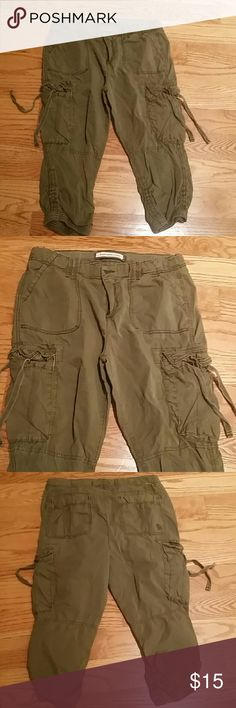ABERCROMBIE & FITCH ARMY GREEN PANT Comfy, cute short pant, worn a few times, great condition size 2 Abercrombie & Fitch Pants Ankle & Cropped