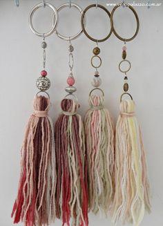Ya les he contado que mi estación preferida es el Otoño...   Y una de las razones por las que me gusta es que empezamos a tener contacto con... Wood Bead Garland, Beaded Garland, Tassel Curtains, Diy And Crafts, Arts And Crafts, Craft Stalls, Yarn Wall Hanging, Hanging Crystals, Tassel Jewelry