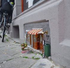 The anonymous artists, who go by the name 'Anonymouse', have created miniature but incredibly detailed scenes at street level— eye-level for mice. The tiny street art installations are located in Malmo, Sweden. Banksy, Photo Macro, Tiny Shop, Modern Metropolis, Toy Art, Arte Pop, Museum Of Modern Art, Fairy Houses, Small World