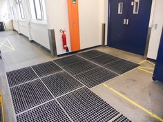 Łamany korytarz z systemem czyszczenia opon Tile Floor, Gate, Flooring, Portal, Tile Flooring, Wood Flooring, Floor