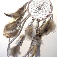 Dreamcatcher/ attrape rêves en liberty mésanges rose clair, plumes feuilles argentées et perles