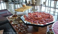 """Tapas-Las tapas se convirtieron en una referencia de la cocina española en el mundo, ya que se hicieron para la simplicidad y la facilidad de encontrarlos en casi todos los bares y restaurantes en España. Con el tiempo, algunos restaurantes """"reinventan"""" las tapas, la mezcla de varios ingredientes, lo que les deja con un aspecto más moderno."""