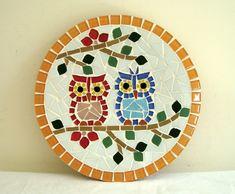 Prato de parede decorativo, mede 25 cm de diâmetro. Base de cerâmica. Owl Mosaic, Mosaic Birds, Mosaic Art, Mosaic Glass, Tile Crafts, Mosaic Crafts, Mosaic Projects, Art Projects, Mosaic Designs
