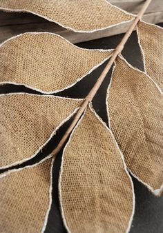 Glue the wire leaves to the burlap Diy Lace Ribbon Flowers, Cloth Flowers, Fabric Flowers, Paper Flowers, Alpillera Ideas, Diy Crafts Vintage, Diy Crafts How To Make, Christmas Crafts For Toddlers, Burlap Crafts