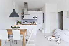 This amazing home is enveloped in a pure white interior that radiates sophistication and perfect simplistic design. Small Apartment Living, Small Space Living, Small Apartments, White Apartment, Sweet Home, Open Plan Kitchen, Kitchen White, Kitchen Dining, Home And Deco