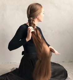 VIDEO - Wonderful contrasts Long Hair Play, Long Red Hair, Very Long Hair, Braids For Long Hair, Very Beautiful Woman, Beautiful Long Hair, Anime Purple Hair, Long Hair Video, Wearing All Black
