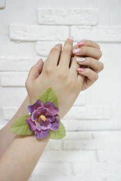 Браслет на руку малиновый с листами