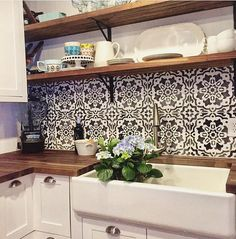 Amalfi Tile Stencil Affordable kitchen Backsplash ideas using stencils Painting Kitchen Cabinets, Kitchen Paint, Kitchen Decor, Floors Kitchen, Kitchen Tips, Kitchen Ideas, Kitchen Tiles Design, Shabby Chic Kitchen, Cuisines Design