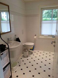 Blick in das großzügige Gäste-WC mit bodengleicher Dusche.