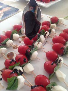 Caprese Salad Skewers with Balsamic Reduction Drizzle (party finger foods caprese skewers) Skewer Appetizers, Italian Appetizers, Yummy Appetizers, Appetizer Recipes, Caprese Appetizer, Appetisers, Pinchos Caprese, Caprese Salad Skewers, Fruit Skewers