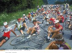 1982, some farmers are blocking the Tour route, the pack is stopped!