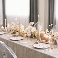 a wonderful table decoration perfect for a wedding in a neutral color palette, the beige table cloth matches the centerpieces, which are also kept in cream tones, golden details elevate this look #centerpiece #weddingtable #weddinginspo #neutralwedding
