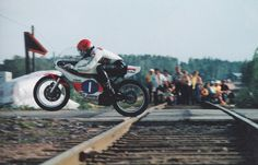Giacomo Agostini passing a railway crossing at the Finnish Grand Prix 1975 in Imatra on TZ Yamaha. Gp Moto, Moto Cafe, Moto Guzzi, Old School Motorcycles, Yamaha Motorcycles, Vintage Motorcycles, Sport Motorcycles, Grand Prix, Valentino Rossi