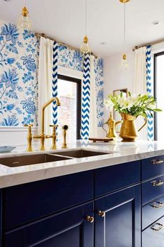 Don't usually like blue but LOVE this striking pattern mix centered around crisp white and closely related shades of blue.... hmmmm